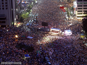 South Korean protesters protest against government's policy on U.S. beef imports on Saturday.