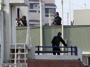 Indian army commandos are shown on the rooftop of the Jewish center in Mumbai.