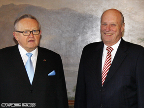 Martti Ahtisaari (left) with King Harald of Norway before the Nobel Peace Prize award ceremony