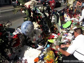 Fans pay tribute to the singer at a public memorial Tuesday at Harlem's Apollo Theater.