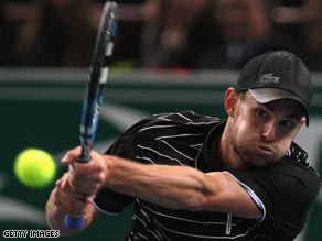 Top seed Roddick outlasted Lleyton Hewitt in a battle of the former world number ones.