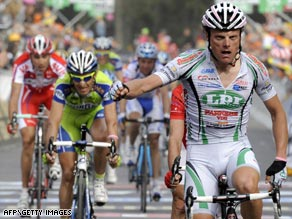 Di Luca dedicated his stage victory at the Giro d'Italia to the victims of the Abruzzo earthquake.