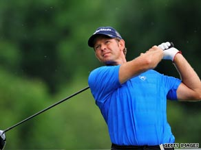A new putter provided Retief Goosen with eight birdies to take a two-stroke lead in Munich.