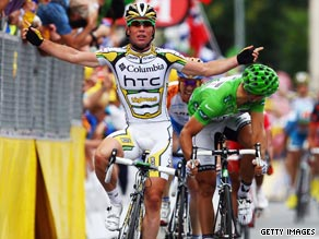 Mark Cavendish celebrates his victory on the 10th stage ahead of green jersey holder Thor Hushovd.