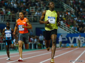 Bolt cruises over the line to finish his season with another spectacular victory in the men's 200 meters.