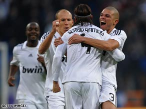 Madrid players congratulate Sergio Ramos after his equalizing goal against Osasuna on Sunday.