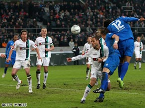 Wellington (12) heads home Hoffenheim's late equalizer at Borussia Moenchengladbach.