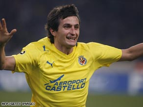Joseba Llorente scored the equalizing goal as Villarreal fought back to defeat Recreativo 2-1.