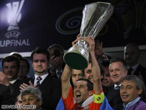 Shakhtar captain Darijo Srna becomes the final captain to lift the UEFA Cup after their 2-1 victory.