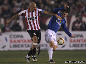 Estudiantes' Juan Sebastian Veron, left, battles for the ball against Cruzeiro's Wagner.