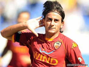 Italian midfielder Alberto Aquilani has completed his move to Liverpool as a replacement for Xabi Alonso.