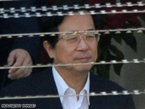Chen Shui-bian leaves the Taipei District Court for his corruption trial at Tucheng detention center on March 4.