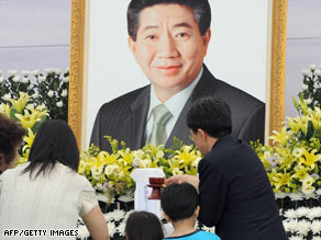 Mourners on Monday visit a memorial to ex-South Korean President Roh Moo-Hyun in a village southeast of Seoul.