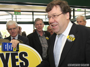 Prime Minister Brian Cowen gets out the 'vote yes' message in Tullamore.