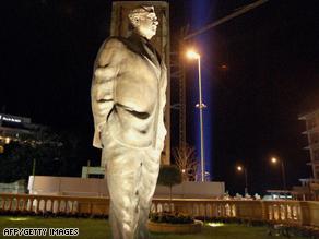 A statue of slain former Lebanese prime minister Rafiq Hariri stands in Beirut.