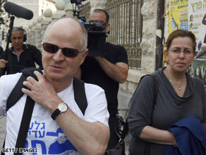 Noam Shalit, left, and wife Aviva arrive Sunday to camp outside the Israeli prime minister's Jerusalem home.