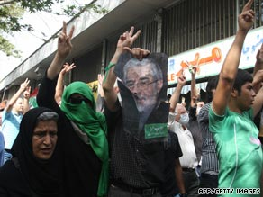 Iranian opposition leader Mir Hossein Mousavi (right) and former reformist president Mohammad Khatami attend a Tehran mosque, July 31, 2009