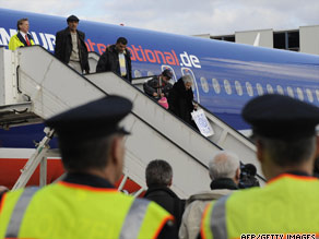 Iraqi refugees leave the plane after arriving at the airport in Hanover, northern Germany, on March 19, 2009.