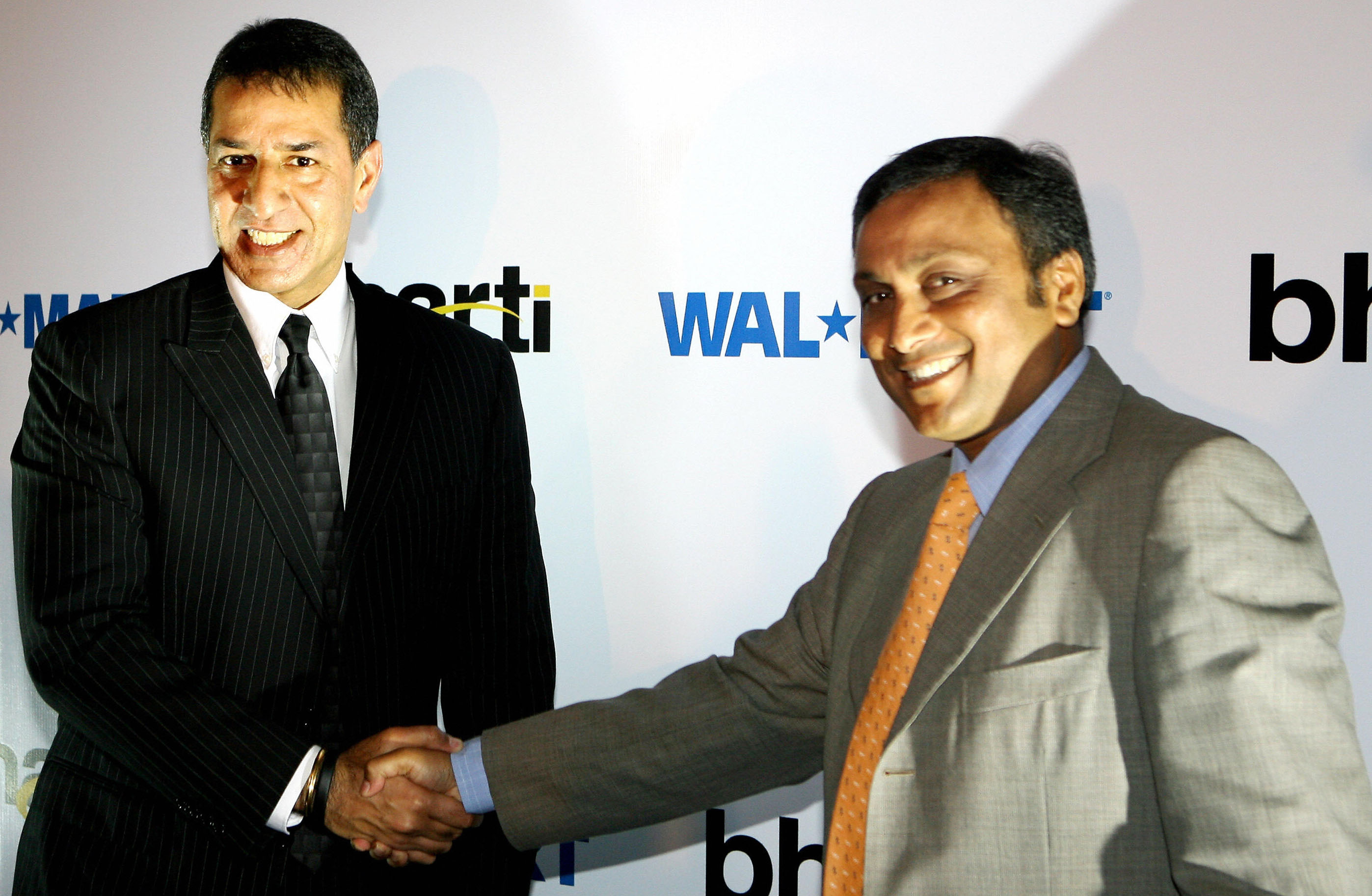 (Getty Images) Managing Director of India's Bharti Enterprises Rajan Bharti Mittal (L) shakes hands with President of US Wal-Mart's operations in India, Raj Jain during a press conference in New Delhi, 06 August 2007.