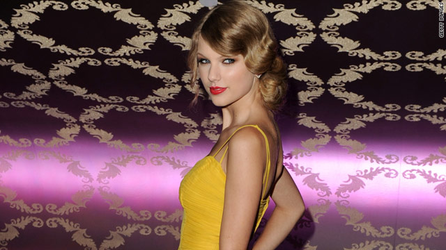 Taylor Swift sparkles at Country Music Hall of Fame fundraiser