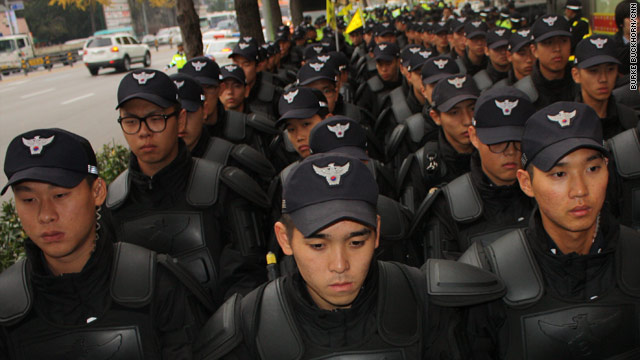 Images of Seoul: More police than protesters