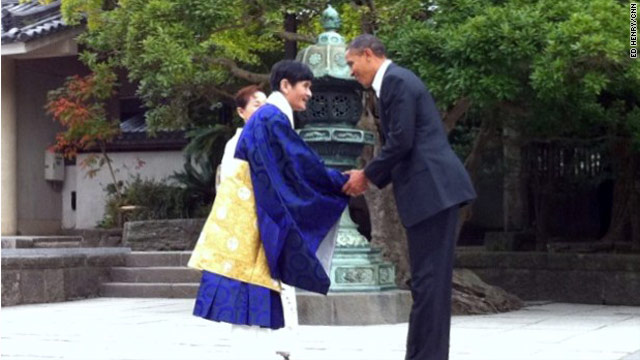 Obama greeting at Great Buddha of Kamakura