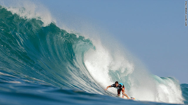 Elite surfers flock to Hawaii, wait to take on 20-foot waves