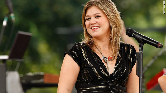 Kelly Clarkson begs Gwyneth Paltrow to make an album