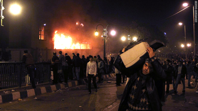 Unrest in Egypt: President Mubarak dissolves Cabinet after night of protests