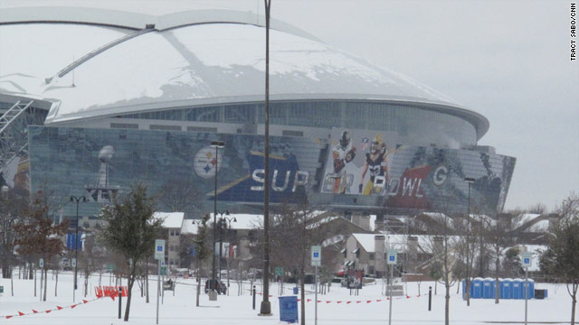 Snow falling off Cowboys Stadium causes minor injuries