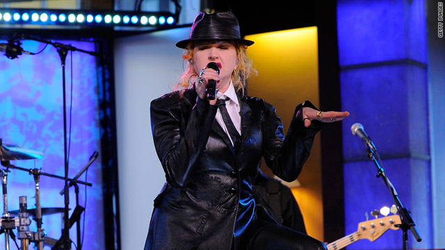 Cyndi Lauper sings for stranded airport passengers