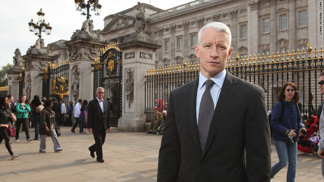 AC361°: Anderson outside Buckingham Palace