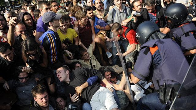 Más de 40 heridos durante el desalojo de los «indignados» en Barcelona