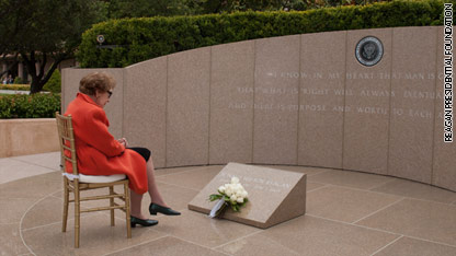 Nancy Reagan honors anniversary of President Reagan's death