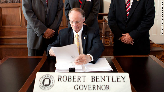 Alabama governor signs &#039;tough&#039; immigration law