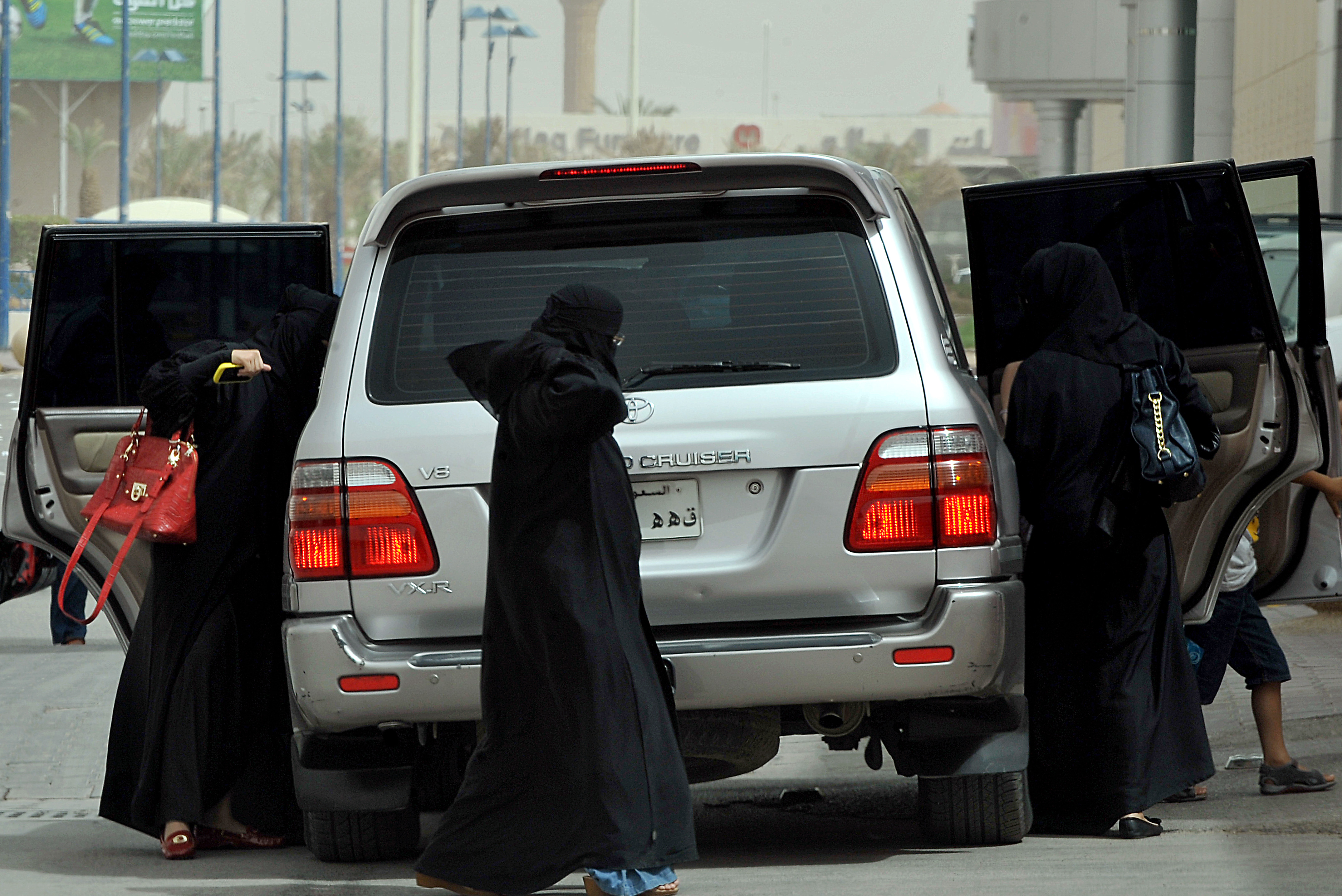 "Clinton tries ""quiet diplomacy"" on Saudi women drivers' protest"