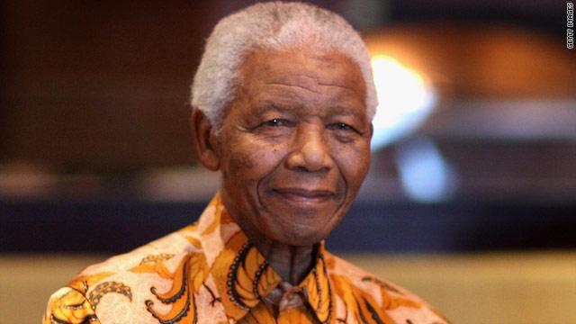 Nelson Mandela sale del hospital después de ser sometido a un tratamiento médico