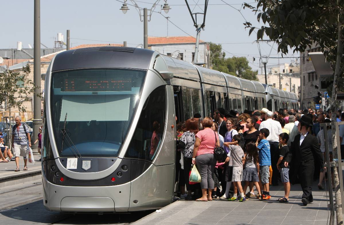 Israelis gather to board a train to enjoy Jerusalem&#039;s light rail system&#039;s first day of operation (Getty)