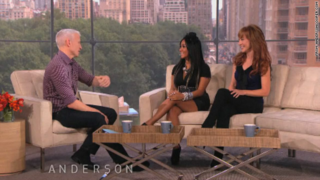 Snooki takes Anderson Cooper spray-tanning