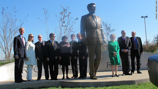 Reagan National unveils statue of namesake