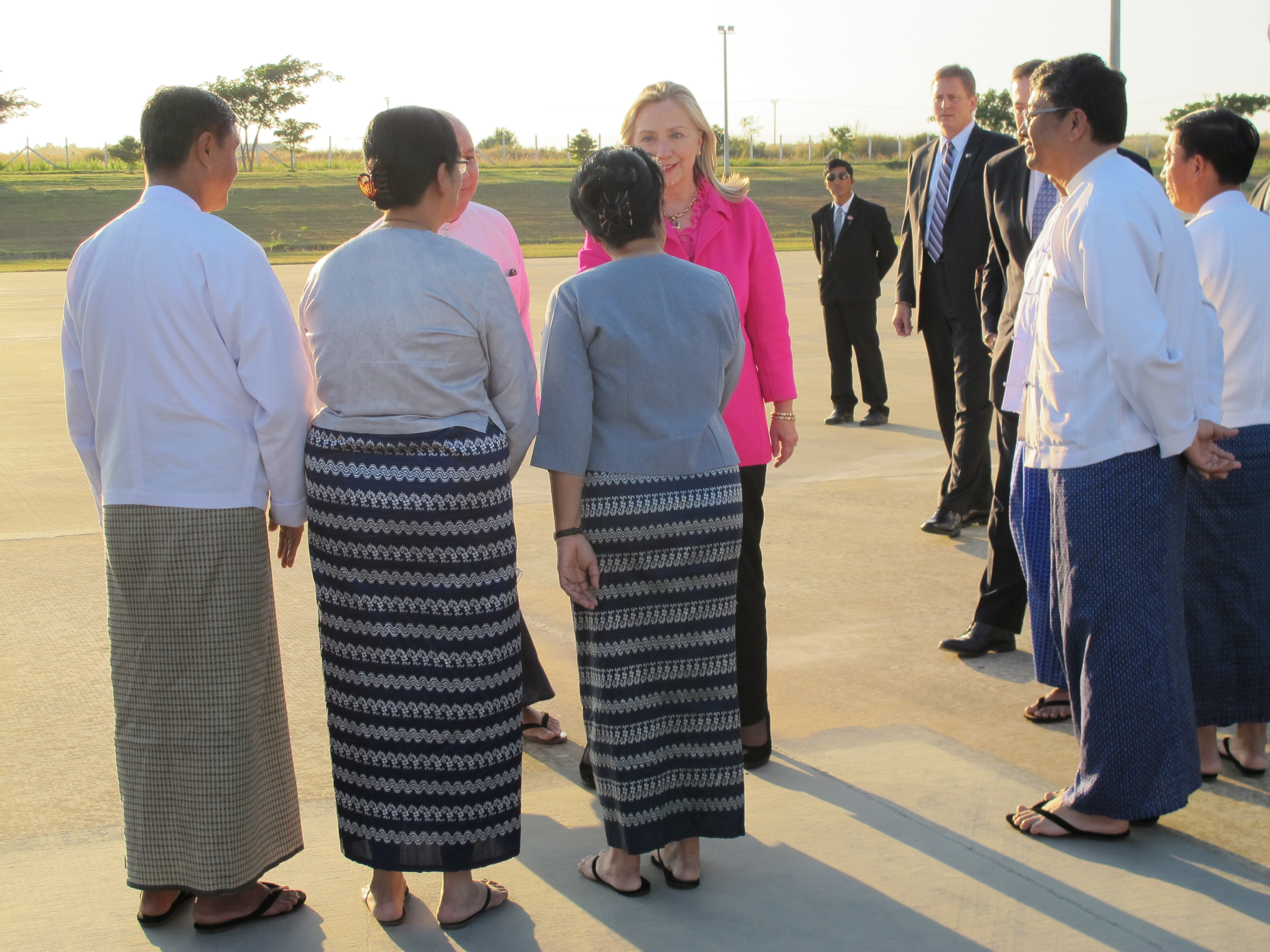 Clinton trip 'tests the waters' in Myanmar