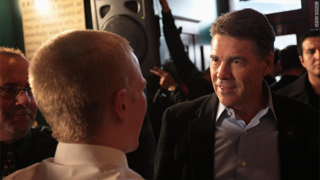 Perry presses 'outsider' message as closing Iowa argument