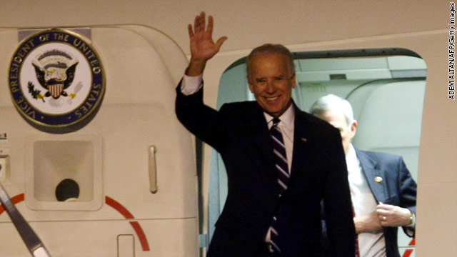 VP Biden&#039;s plane hits birds upon landing in California