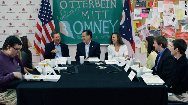 With Ohio college students, Romney talks business