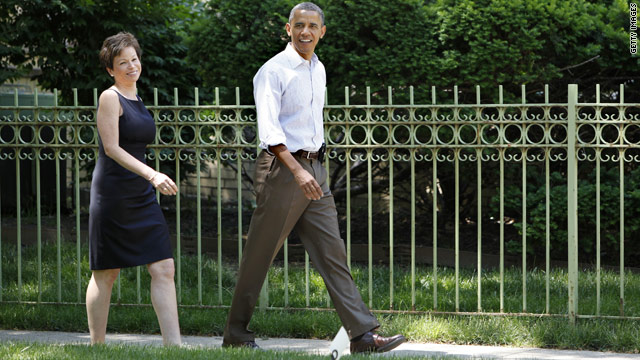 Obama takes a walk around his Chicago neighborhood