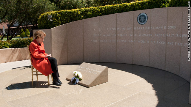 Photo: Nancy Reagan commemorates 8th anniversary of husband&#039;s death