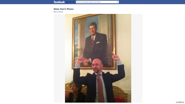 White House criticizes visitors flipping off Reagan portrait
