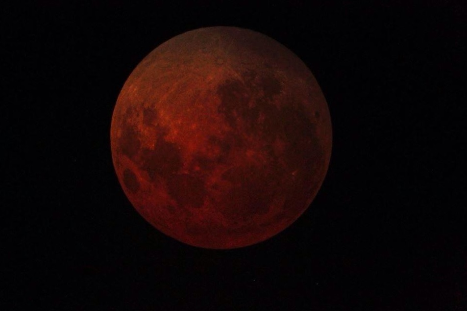 "Photo of the Day: Facebook Fan ""Blood Moon"" Image"