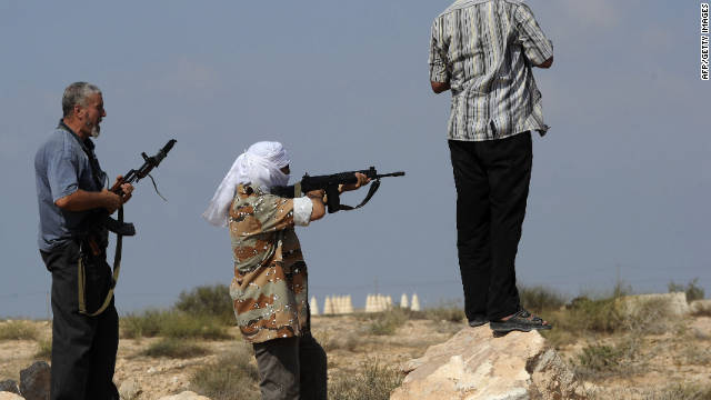 Fuerzas anti-Gadhafi sufren bajas durante una ofensiva en Sirte