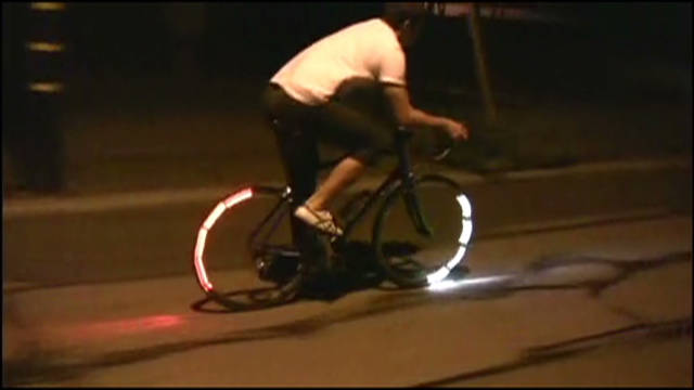 The blinking of the lights is timed in order to prevent them from shining into riders' eyes. At low speeds this is achieved through an accelerometer, which determines the position of the lights through the pull of gravity.
